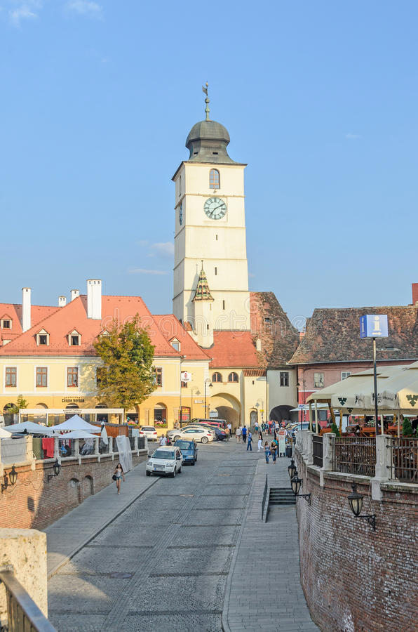 Sibiu Rumänien gator av den i stadens centrum staden med restauranger arkivbilder