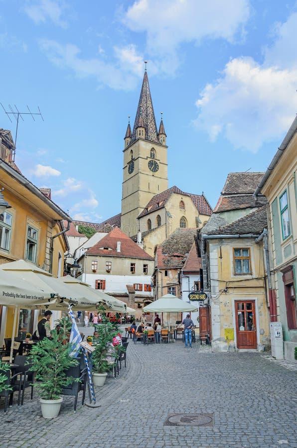 Sibiu Rumänien gator av den i stadens centrum staden med restauranger royaltyfria bilder