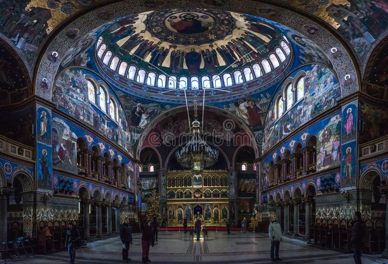 SIBIU RUMÄNIEN - 7 JANUARI 2016: Folk som beundrar inre av domkyrkan för helig Treenighet i Sibiu, Rumänien royaltyfria foton