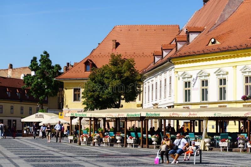 Sibiu Rumänien - Juli 3, 2018: Central fyrkant i den historiska staden Sibiu, Rumänien arkivfoton