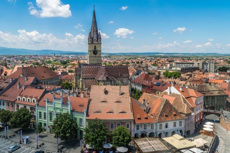 SIBIU RUMÄNIEN - JULI 9, 2017: En sikt till Sibiu'sens historiska mitt från över arkivfoton