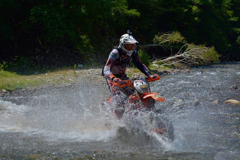 SIBIU RUMÄNIEN - JULI 18: Philipp Scholz som konkurrerar i Red Bull ROMANIACS hårda Enduro, samlar med en motorcykel för KTM 300 arkivfoto