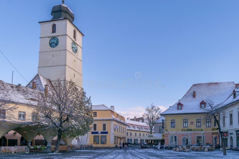 SIBIU RUMÄNIEN - 31 OKTOBER, 2017: Sikten av den stora fyrkanten för thr och rådet står högt royaltyfri bild