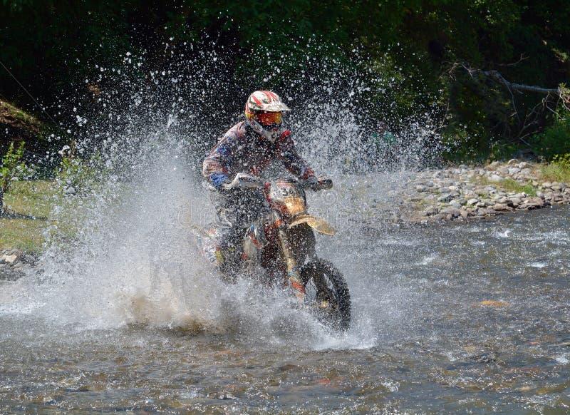 SIBIU, RUMANIA - 18 DE JULIO: Competición desconocida en la reunión dura de Red Bull ROMANIACS Enduro con una motocicleta de KTM  fotos de archivo libres de regalías