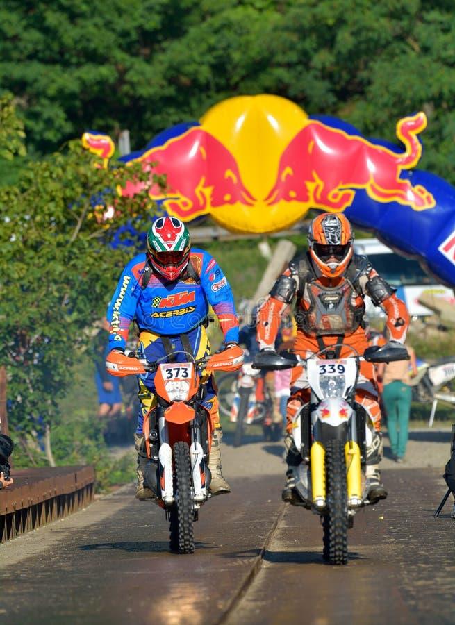 SIBIU, RUMANIA - 18 DE JULIO: Competición desconocida en la reunión dura de Red Bull ROMANIACS Enduro con una motocicleta de KTM  imágenes de archivo libres de regalías