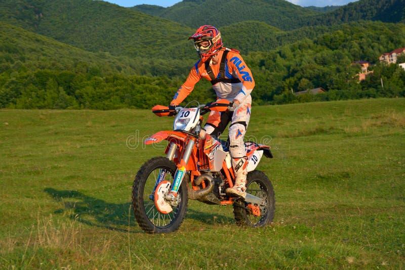 SIBIU, RUMANIA - 18 DE JULIO: Rienk Tuinstra que compite en la reunión dura de Red Bull ROMANIACS Enduro con una motocicleta de H fotografía de archivo libre de regalías