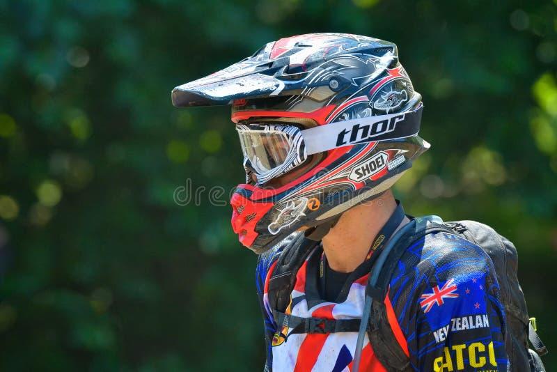 SIBIU RUMUNIA, LIPIEC, - 18: Copetitor w Red Bull ROMANIACS Enduro Ciężkim wiecu z KTM motocyklem Ciężki enduro wiec w t zdjęcia stock