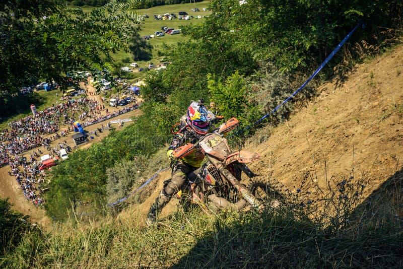 SIBIU, RUMUNIA, LIPIEC 16, 2016: Konkurent blisko do Gusterita Hillclimb kona przy Red Bull ROMANIACS Enduro Ciężkim wiecem zdjęcia royalty free