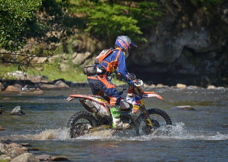 SIBIU RUMUNIA, LIPIEC, - 16: Niewiadomy konkurowanie w Red Bull ROMANIACS Enduro Ciężkim wiecu z KTM 300 motocyklem Ciężki enduro obraz stock