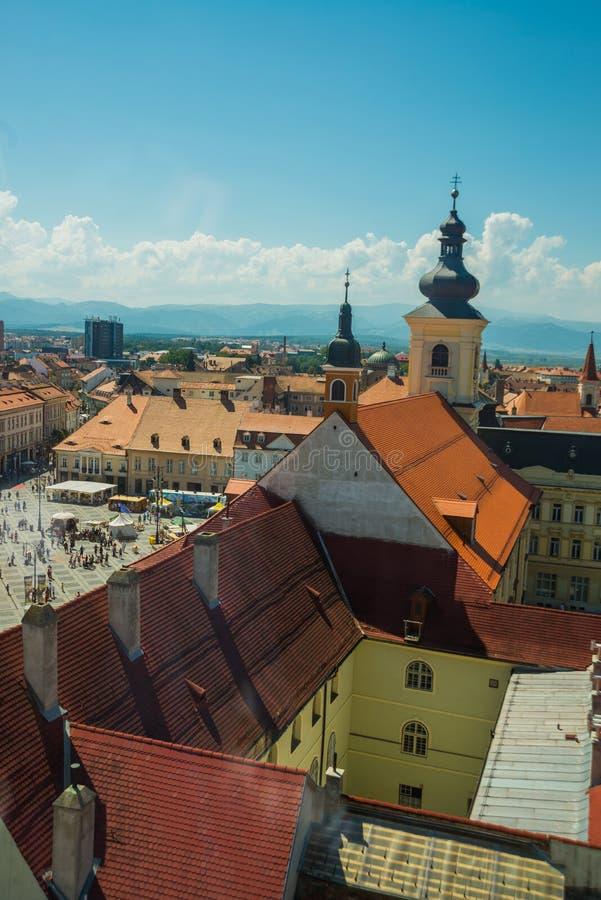 SIBIU, RUMUNIA: Wieża rady Sibiu w małym swuare w słoneczny letni dzień z błękitnym niebem na Sybiu zdjęcie royalty free