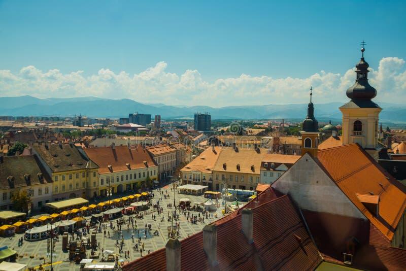 SIBIU, RUMUNIA: Wieża rady Sibiu w małym swuare w słoneczny letni dzień z błękitnym niebem na Sybiu zdjęcia royalty free