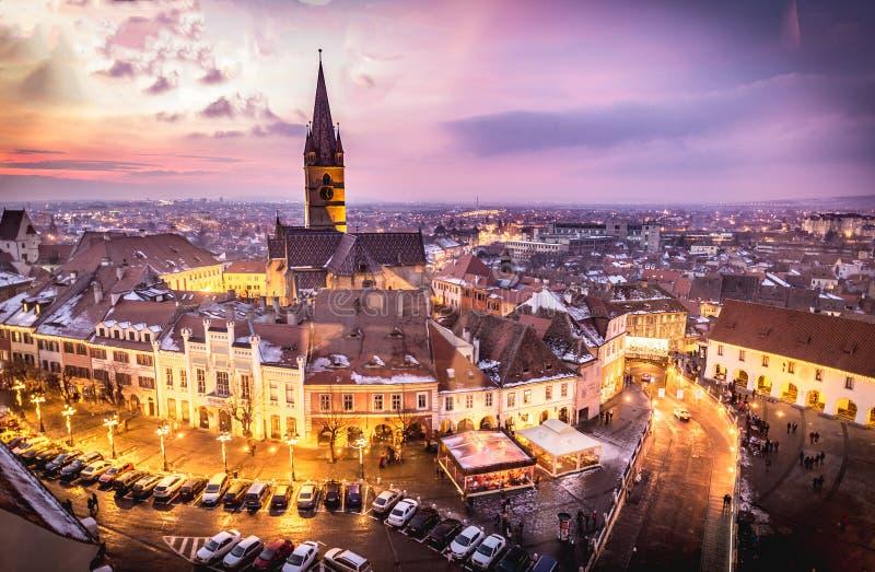 Sibiu, Transsylvanië, Roemenië centraal vierkant bij zonsondergang stock foto's