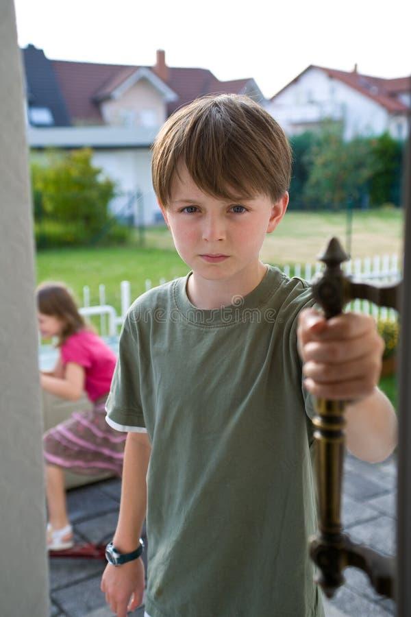 sibling för rivalitet för pojkeconflictdörr royaltyfria bilder