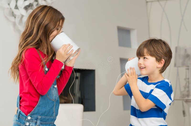 Sibling het Spelen met Tin Can Phone stock fotografie