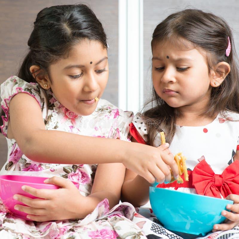 Sibling som delar foods royaltyfri bild