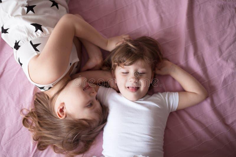 Sibling verhoudingen, children& x27; s de geheimen, omhelzing, sluiten omhoog, het meest domest royalty-vrije stock foto's