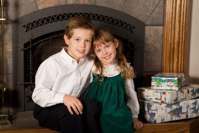 Siblings die op Kerstmis wachten stock fotografie