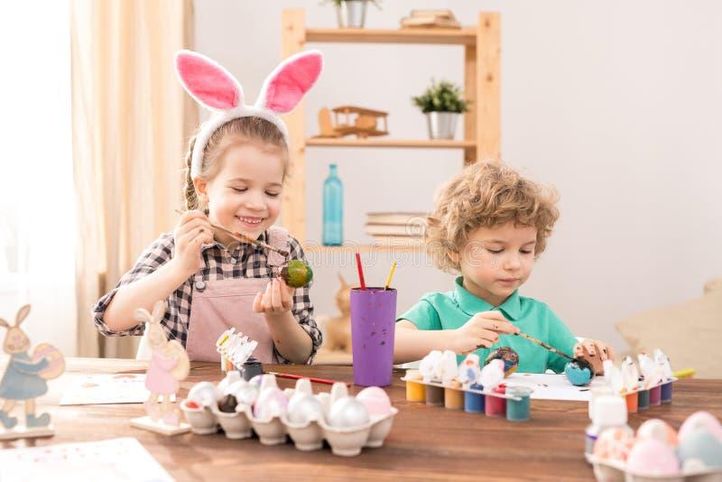 Siblings die voor Pasen voorbereidingen treffen stock fotografie