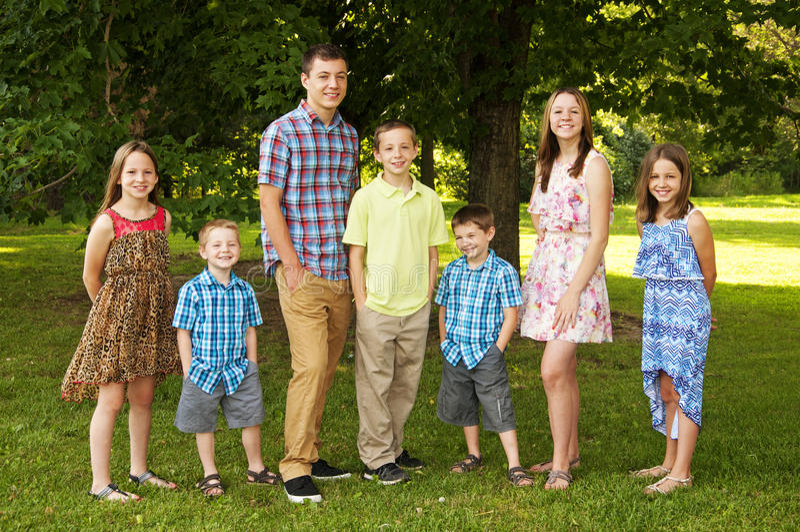 Siblings die zich in een familie bevinden stellen royalty-vrije stock foto