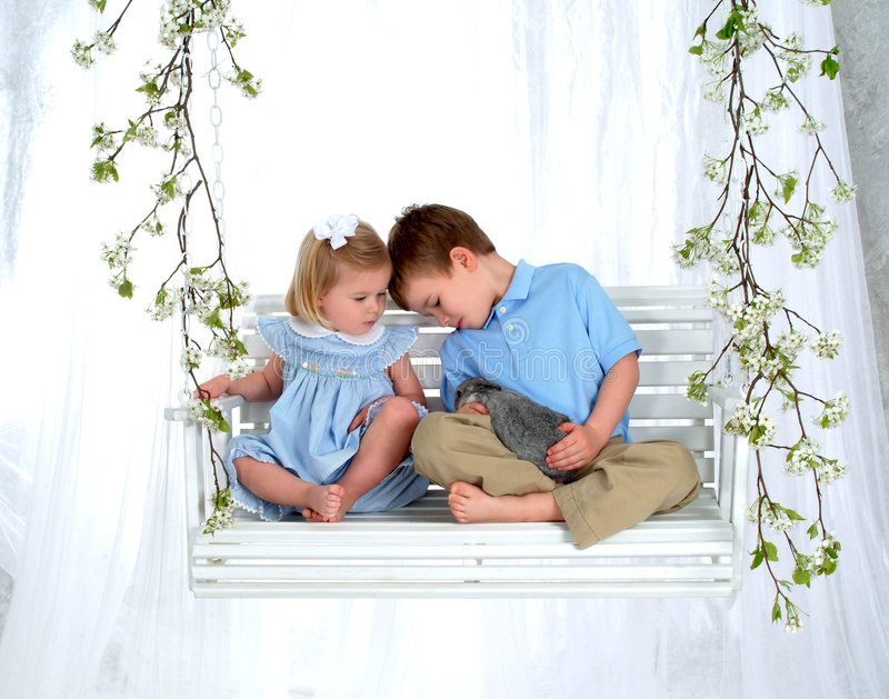 Siblings en Konijntje op Schommeling stock afbeelding