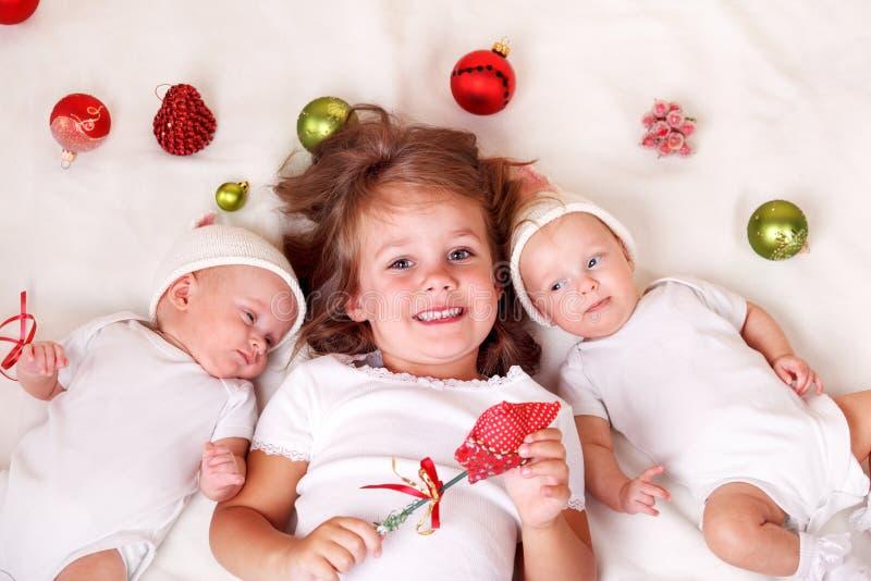 Siblings met de decoratie van Kerstmis royalty-vrije stock fotografie