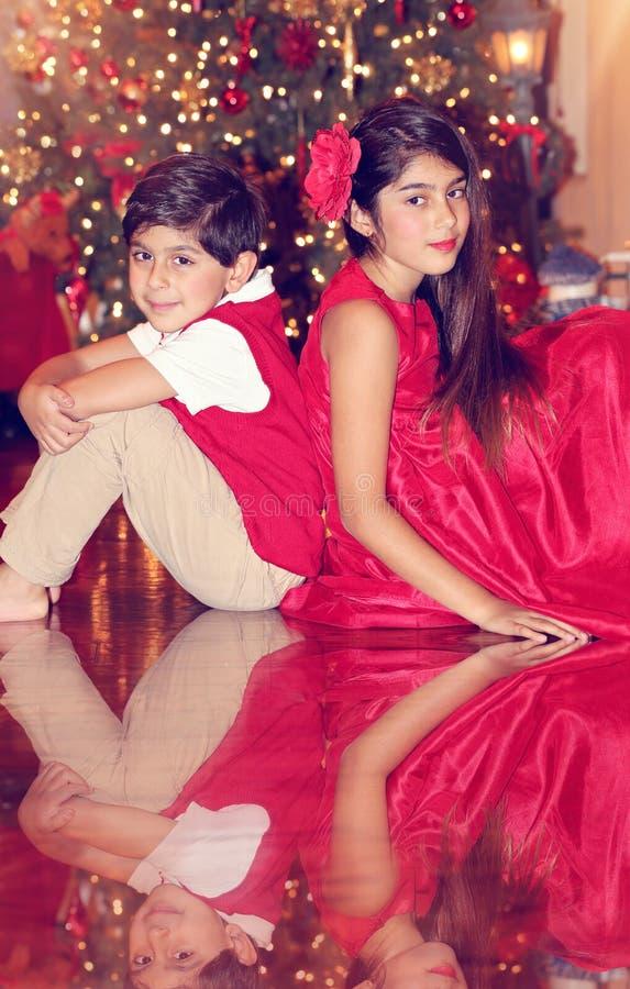 Siblings in rood royalty-vrije stock afbeelding