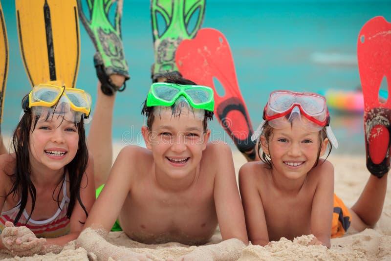 Siblings voor het snorkelen wordt gelezen die stock afbeeldingen