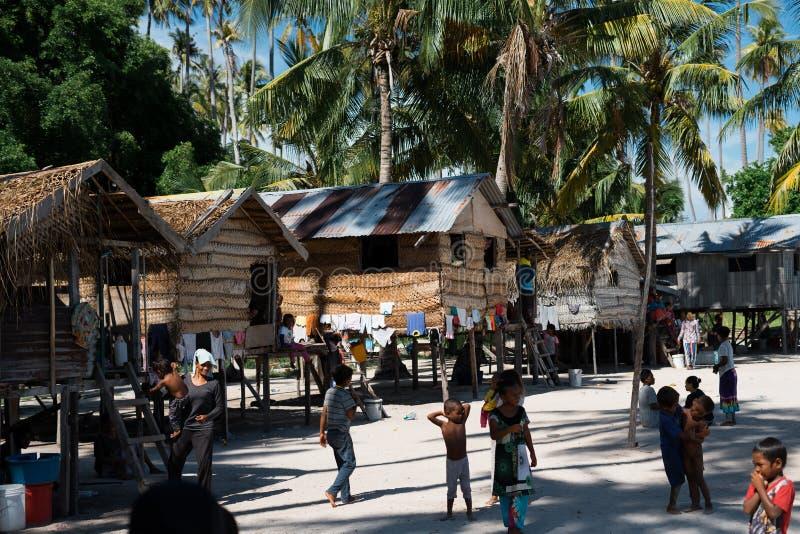 Sibuan, Maleisië - 26 november 2019: Bajau Laut in hun dorp op het eiland Sibuan, een Semporna Ze bewonen dorpen op de royalty-vrije stock foto's