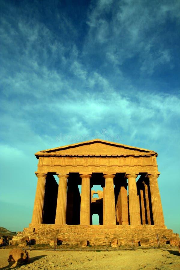 Sicília, templo antigo no céu eletric azul, Italy imagem de stock