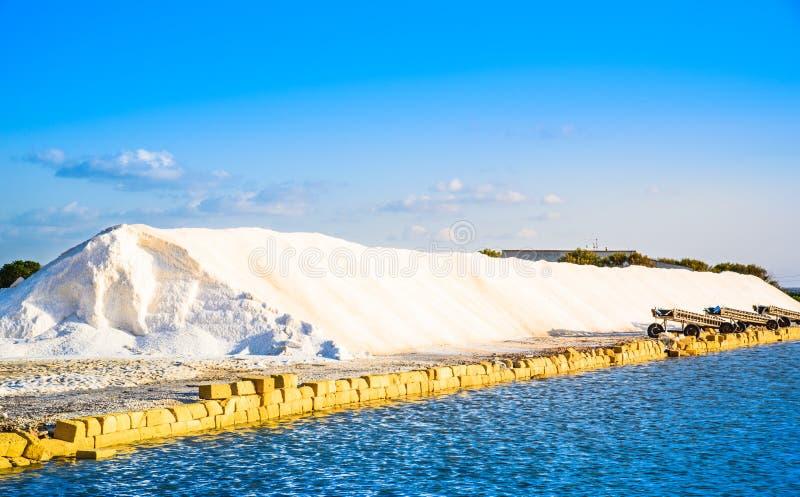 Sicília, Trapani, produção de sal, salina foto de stock royalty free