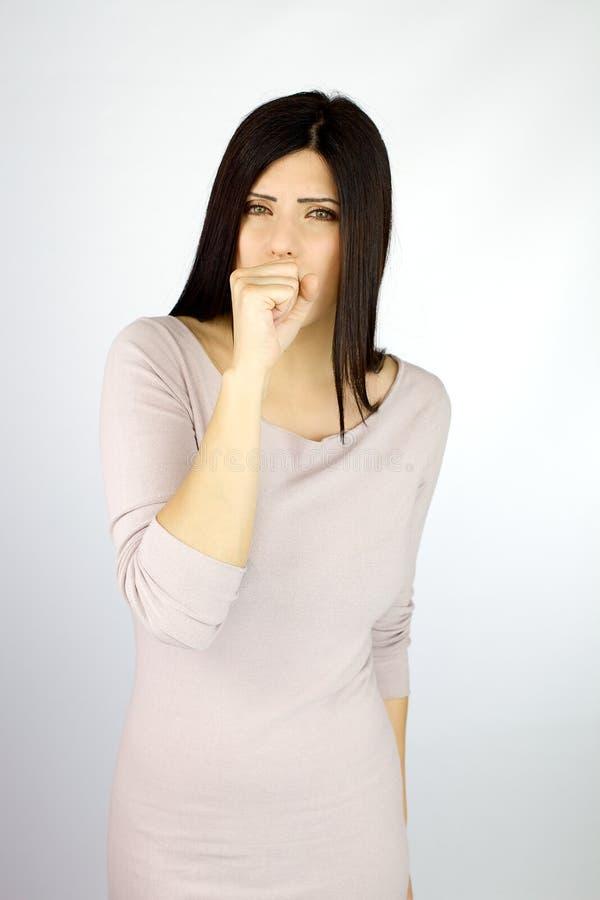 Sic mujer que tose en estudio imagenes de archivo