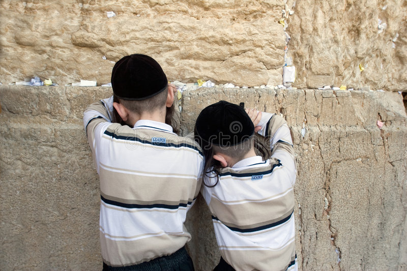 Sich beten Jungen. lizenzfreie stockfotografie