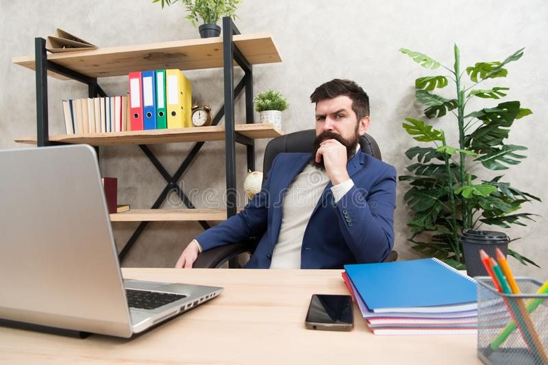 Sich entwickelnde Geschäftsstrategie Riskantes Geschäft Konzentration und Fokus Bärtiger Chef des Mannes sitzen Büro mit Laptop M lizenzfreie stockfotos
