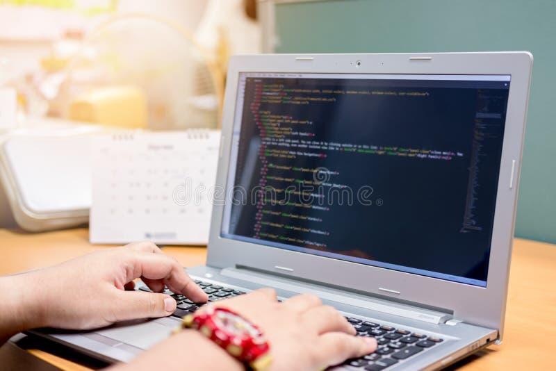Sich entwickelnde Programmierung und Kodierung von Technologien auf Schreibtisch, Website stockbilder