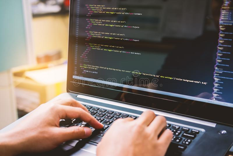 Sich entwickelnde Programmierung und Kodierung von Technologien auf weißem Blauem des Schreibtisches stockbild