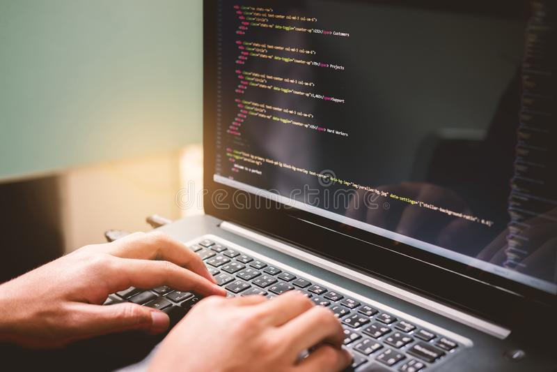 Sich entwickelnde Programmierung und Kodierung von Technologien auf weißem Blauem des Schreibtisches lizenzfreie stockbilder