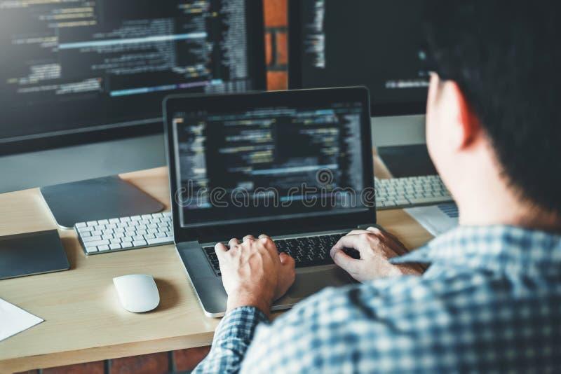Sich entwickelnder Programmierer Development Website-Entwurf und -kodierung von den Technologien, die im Softwareunternehmenbüro  lizenzfreies stockbild