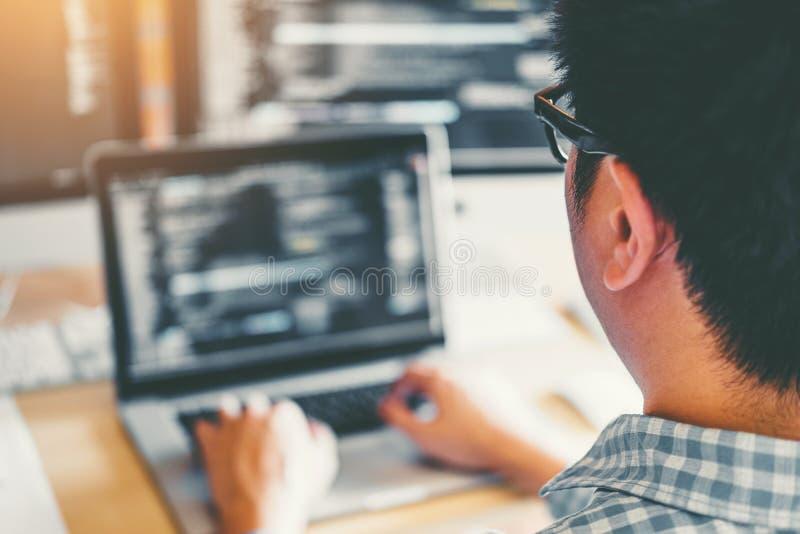 Sich entwickelnder Programmierer Development Website-Entwurf und -kodierung von den Technologien, die im Softwareunternehmenb?ro  lizenzfreie stockfotos