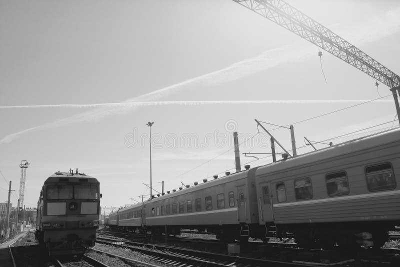 Sich fortbewegender Zug auf Schienen stockfoto
