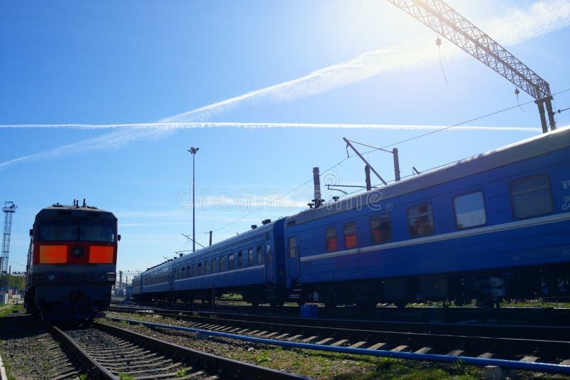 Sich fortbewegender Zug auf Schienen stockfotos