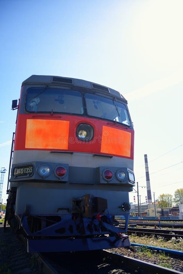 Sich fortbewegender Zug auf Schienen lizenzfreies stockbild