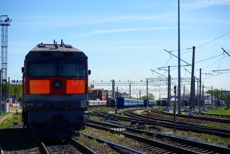 Sich fortbewegender Zug auf Schienen lizenzfreies stockfoto
