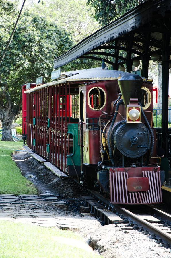 Sich fortbewegender Zug der Weinlese-Dampfmaschine, typischer Weinlesezug stockfoto
