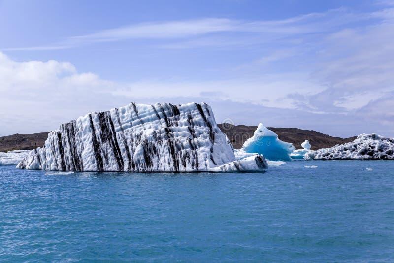 Sich hin- und herbewegende Eisberge bei Island lizenzfreie stockbilder