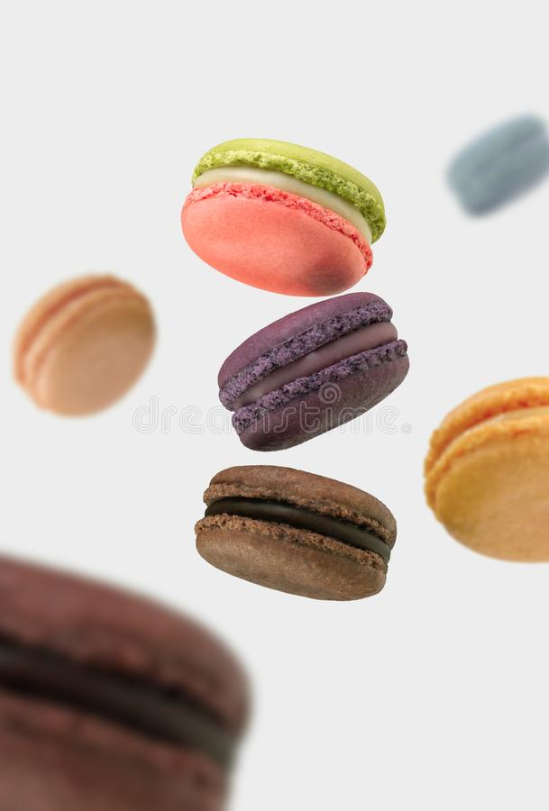 Sich hin- und herbewegende französische macarons auf weißem Hintergrund lizenzfreies stockbild