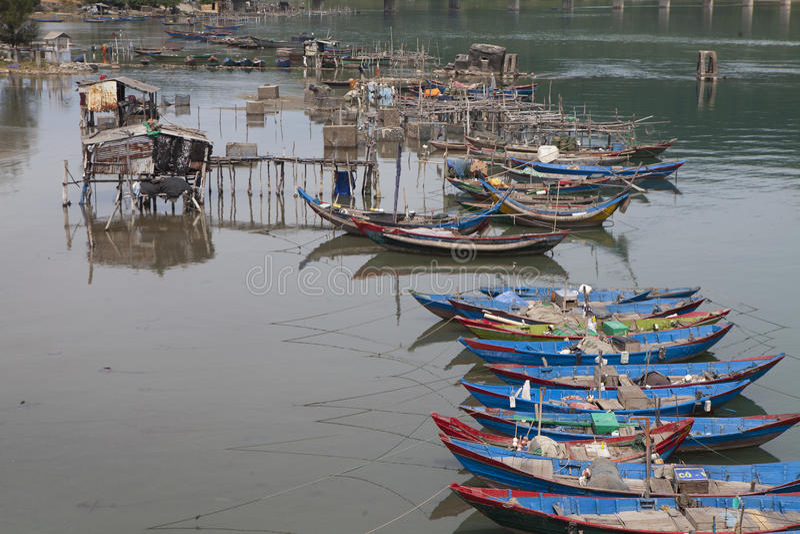 Sich hin- und herbewegende hölzerne Boote des Fischers stockfotos