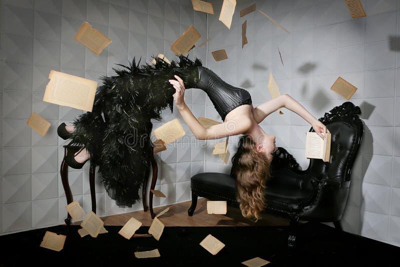 Sich hin- und herbewegende Levitation schoss von einer Frau und von ihrem Lieblingsbuch lizenzfreie stockfotos