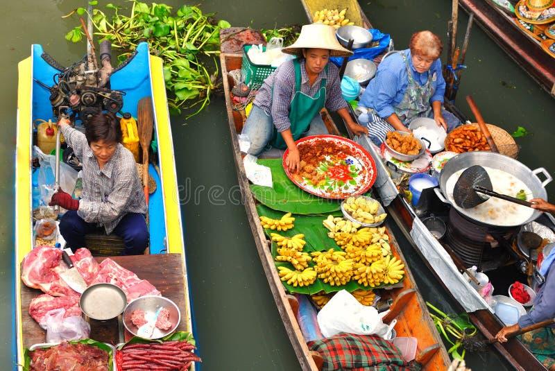 Sich hin- und herbewegende Märkte in Damnoen Saduak, Thailand lizenzfreie stockfotos