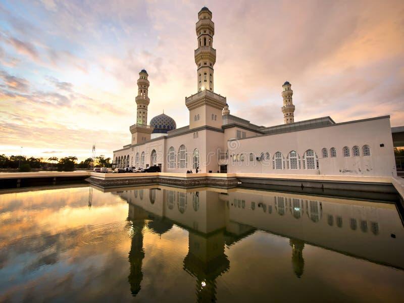 Sich hin- und herbewegende Moschee in Kota Kinabalu, Sabah, Malaysia lizenzfreies stockbild
