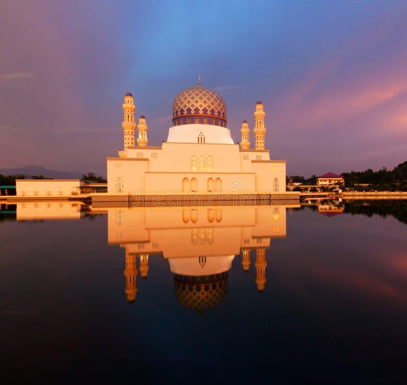 Sich hin- und herbewegende Moschee Kota Kinabalus bei Sabah, Borneo lizenzfreie stockbilder